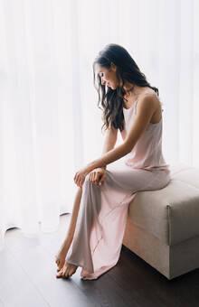 Пудровый, слегка просвечивающий шелк, нежные плавные лини. Красота и сила девушки в ее хрупкости. И платье показывает это, как нельзя лучше.  Фотограф Ксения Антонова