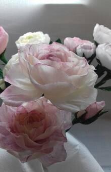 bouquet de roses teintées en crépon