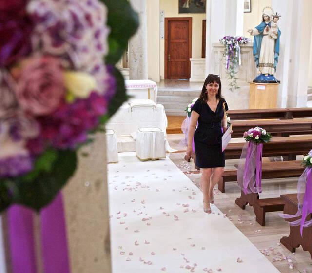 Chiesa preparata per matrimonio in viola