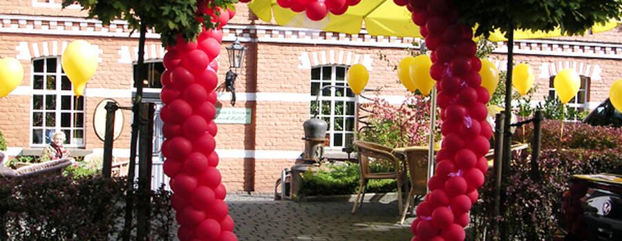 Beispiel: Ballonherz Eingangstor, Foto: Bombastisch.
