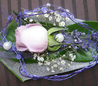 Beispiel: Anstecker für den Bräutigam, Foto: Blumen-Heidi - Die Floristen-Werkstatt.