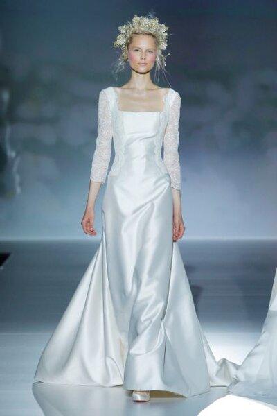 Vestido de novia 2014 con cuello cuadrado amplio, mangas largas confeccionadas con encaje, acabado en satén y cauda