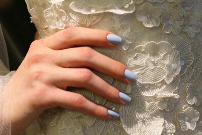 """Maniküre wie der blaue Himmel, ideal für Verlobungsringe oder den """"etwas Blaues""""-Brauch. Foto: Rachel Scroggins für Oscar de la Renta"""