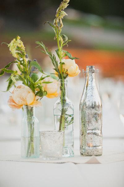 Re-utiliza botellas de cristal para los centros de mesa de boda