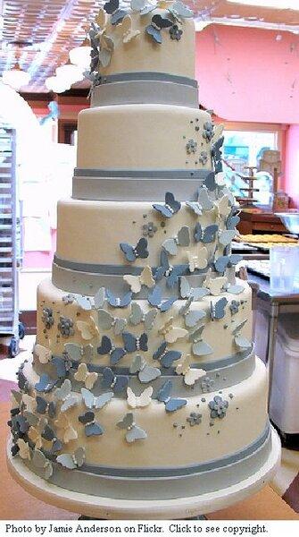 Tort ślubny z motylami