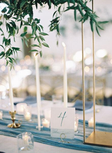 Número de mesa en color azul.