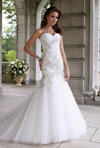 Suknia ślubna bez ramion ozdobiona beżowym wzorem, Foto: Suknia ślubna z kolekcji Davida Tutera dla marki Mon Cheri