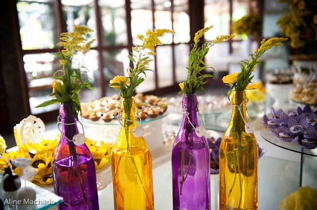 Garrafas em contraste com a mesa. Forminhas nas mesmas cores. Foto: Aline Machado