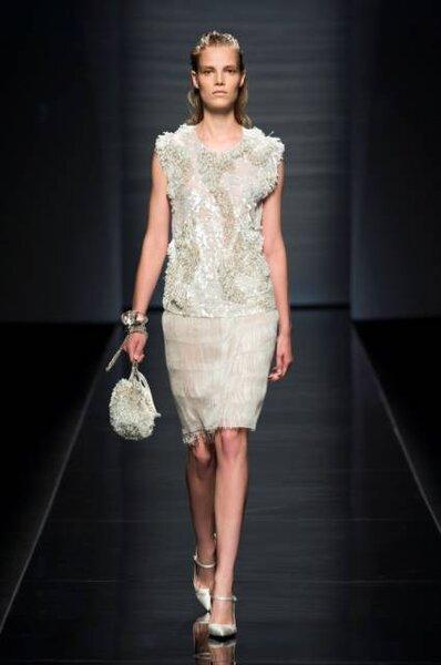 Vestido para convidadas, com detalhes, de Alberta Ferretti. Foto: Ufficio Stampa Aeffe S.p.A.