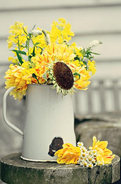 Hochzeitsdeko mit gelben Blumen. Foto: Dottie Photography