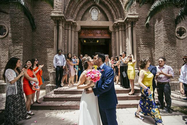 Beso afuera de la iglesia