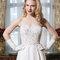 Klassisch und zeitlos ist dieses A-Linien-Brautkleid mit schlichtem Rock und bestricktem Oberteil.