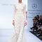 Vestido de novia con cuello conservador y elegantes mangas largas; lazo en la cintura y falda con delicadas transparencias - Foto David Salomón en MBFWMX