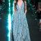 Longue robe turquoise avec motifs transparents.