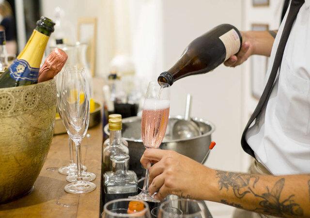 Descubra a fusão perfeita do serviço de bar clássico e o bar contemporâneo.