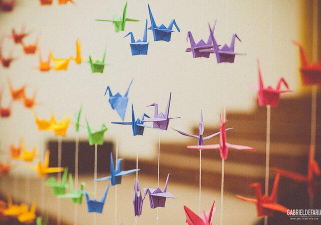 Tsurus, os lindos origamis que dão vida e personalidade à decoração do seu chá de panela