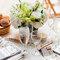 Acomoda las letras estilo Scrabble en el montaje de las mesas del banquete - Foto Krista Photography