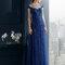 Vestido 8T246 azul marino con escote en forma de corazón y falda recta de tul.