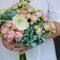 Ramo de rosas ramificadas rosas con hortensia teñida con tintes naturales en color esmeralda.