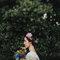 Moño bajo adornado con una corona de flores.