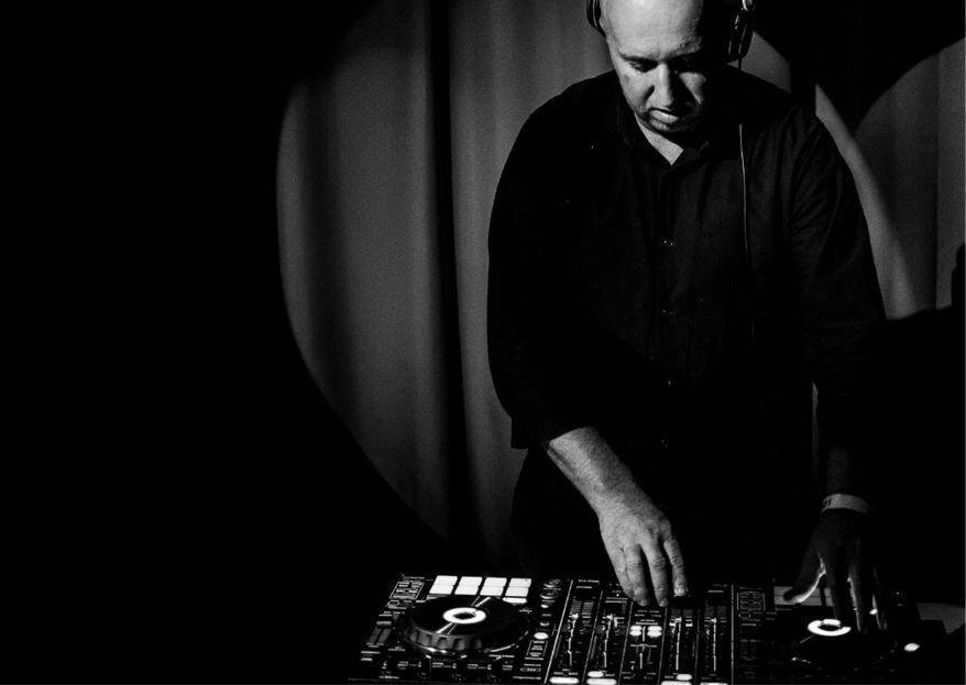 DJ Fabio Reder: vasta experiência e versatilidade para fazer a pista de dança do casamento bombar do início ao fim!
