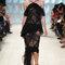 Vestido negro con escote halter y transparencias.