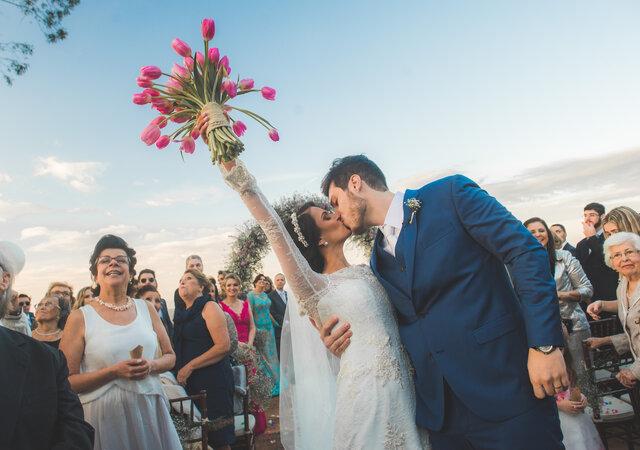 Casamento ao ar livre de Paula & Renato: romântico, florido e repleto de boas energias!