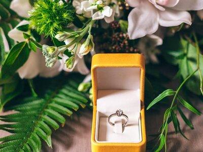 El éxito de los anillos de compromiso de colores. ¿Cómo te gustaría que sea el tuyo?