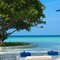 Sonnenbaden am Strand, Dusit Thani Malediven.