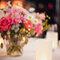 Decoración de boda en rojo con arreglos florales