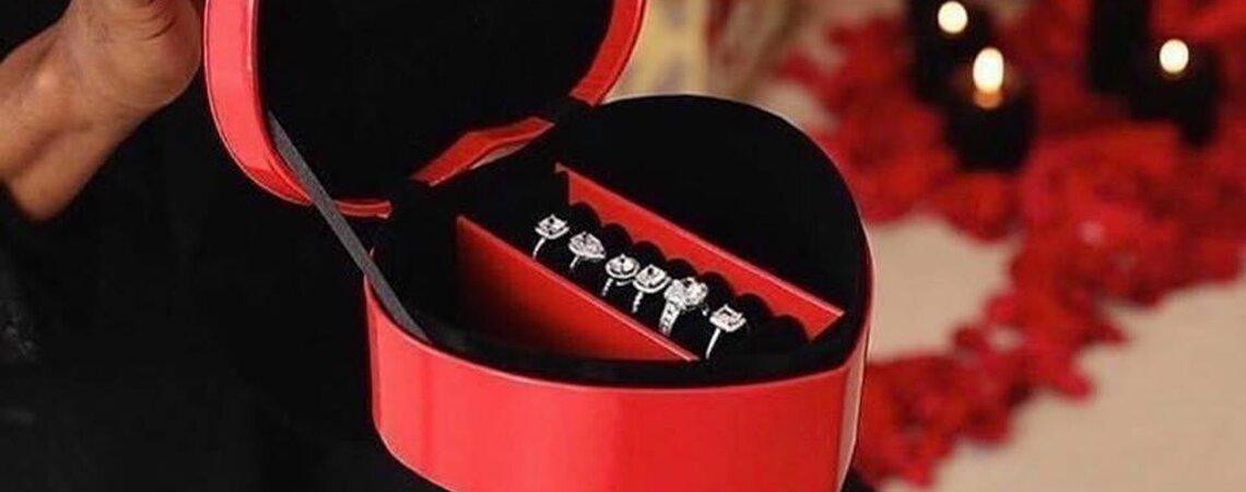 Mann macht Freundin mit sechs Verlobungsringen einen Antrag!