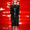 Combinado con una chaqueta también negra, un vestido negro ajustado es la mejor opción para la diseñadora libanesa.