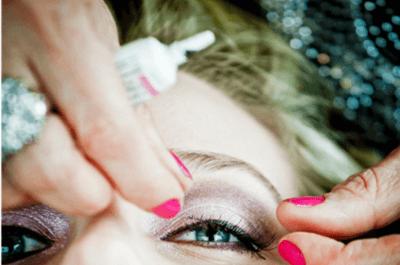 So tragen Sie falsche Wimpern zur Hochzeit auf