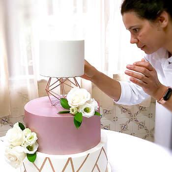 Aposte em detalhes geométricos para obter bolos de casamento modernos | Créditos: Velvet