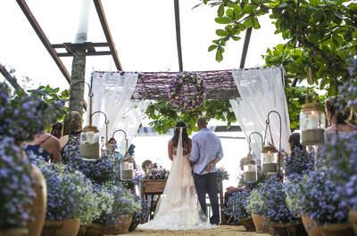 Casamento boho chic de Dani e Fabio: na beira da praia com pôr do sol para celebrar o grande dia!