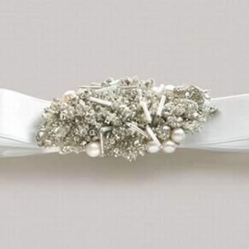 Spilla con diamanti e un fiocco di tessuto. Un'idea alternativa può essere quella di applicarlo come accessorio per i capelli