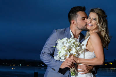 Casamento na praia de Isabela e Leandro: DIY, romântico e provando que o primeiro amor pode ser o único!