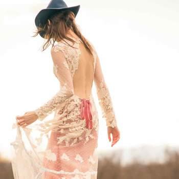Vestido de novia que juega con encajes y transparencias y que aporta un toque de color rosado.