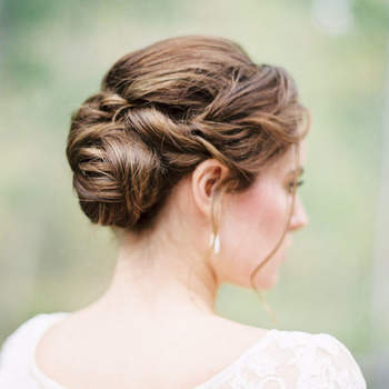 Cabelo de noiva preso | Credits: Rebecca Hollis Photography