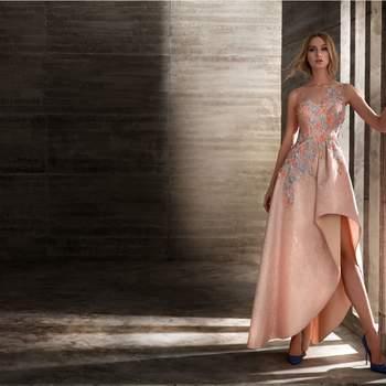 Un elegante y romántico vestido sin mangas con flores bordadas en tonos pastel que juega con asimetrías y volúmenes.