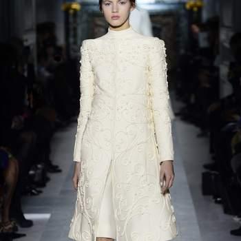 Para los meses de primavera e incluso en otoño, este vestido a modo de abrigo de Valentino dejará a todos con la boca abierta. Foto: Valentino.
