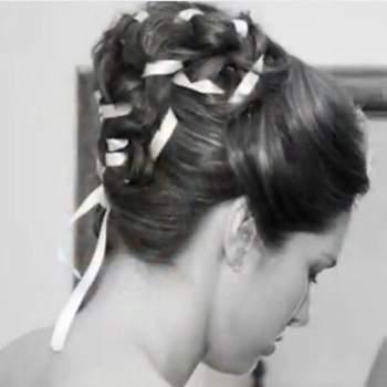 Idée avec des tresses et des rubans entrelacés dans une coiffure élaborée et originale. Photo : youtube.com