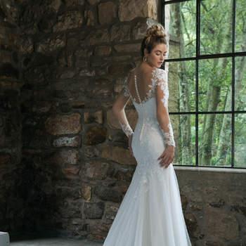 Modelo 44057, vestido de novia estilo sirena con detalles de encaje y transparencias en las mangas