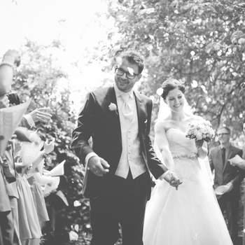 """Linse2 – Wir sind Dani Pöll und Roland Voraberger. Wir arbeiten nicht nur gemeinsam als Hochzeitsfotografen bei Linse2 , sondern sind auch im echten Leben ein langjähriges Paar. Das hilft uns sehr, die besonderen Momente zwischen zukünftigen Ehepaaren zu sehen, zu verstehen und gefühlvoll festzuhalten. Und wir lieben, was wir tun!  Wir genießen die Zeit mit unseren Kunden sehr und nehmen von jedem Einsatz auch immer etwas Persönliches für uns mit.  Während einer die Braut beim letzten Schliff für das große Make-up begleitet, ist der andere beim Bräutigam. Und manchmal drücken wir nicht auf den Auslöser, sondern fest eure Hand. Ist ja alles aufregend. Auch für uns, immer wieder. John Lennon hatte wirklich Recht: """"All you need is love. Ob bei einer Beziehung oder einem Shooting."""
