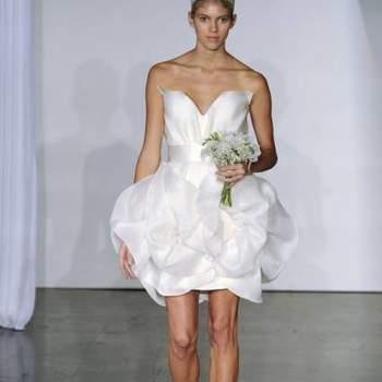 Decotes tomara que caia simples ou com uma transparência em sobreposição, criando um efeito 'ilusão: esta é a assinatura da coleção de vestidos de noiva Marchesa para Outubro 2013.