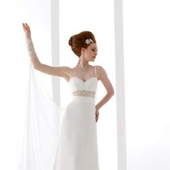 abito sposa di linea impero, di chiffon , con corpino drappeggiato e trasparenza in vita . Prezioso mantello in chiffon.