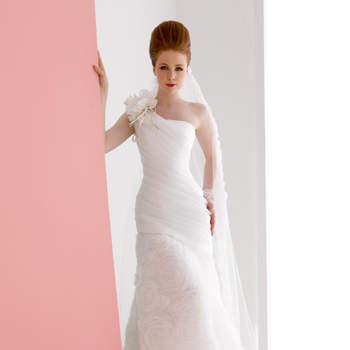 abito sposa di linea a sirena monospalla in organza con rose al fondo di organza taglio vivo.
