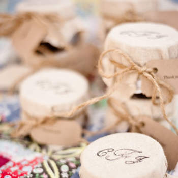 Botes de conserva con papel reciclado con iniciales impresas. Credits: Amy Majors Photography