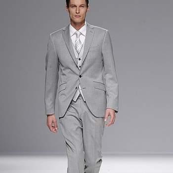 A colecção de fatos de noivo 'Equus', de Fuentecapala 2013, reinterpreta a jaqueta com um toque muito masculino e sóbrio, em tons cinza, pérola, branco, preto ou bordeaux.