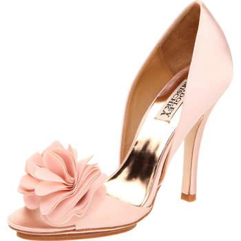 Chaussure avec des ouvertures latérales et l'avant avec une fleur de tissu à la pointe. Photo : Badgley Mishka